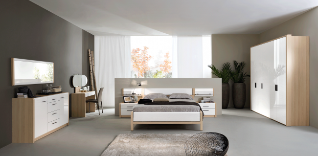 Стильный спальный гарнитур в просторном помещении