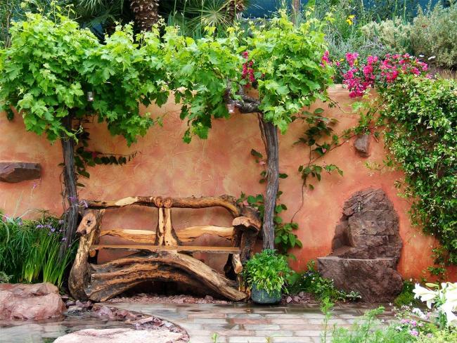 Скамейка из корней старого дерева смотрится очень эффектно