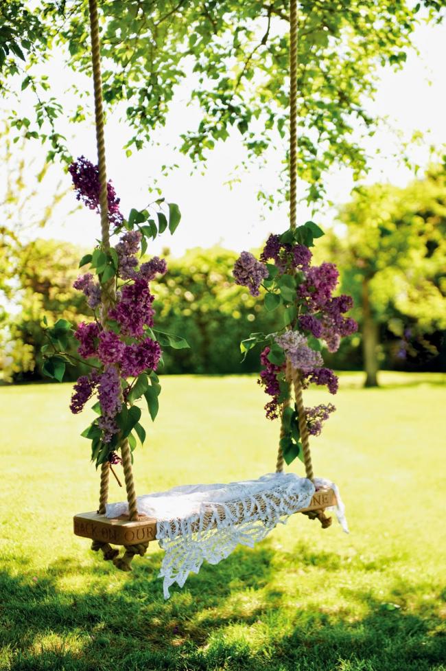 Качели своими руками, украшенные живыми цветами придадут чувства романтики вашему саду