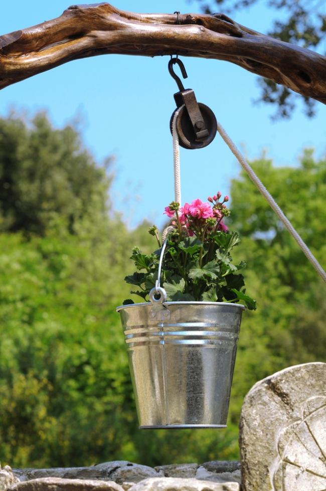 Яркие цветы помогут украсить ваш декоративный колодец