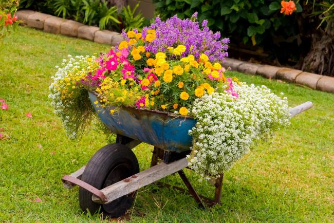 Благодаря декору своими руками ваш сад может стать не только красивым, но и очень оригинальным