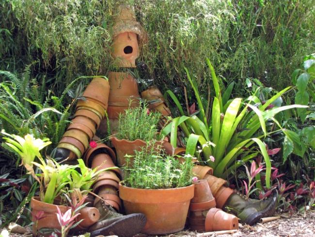 Садовый сторож-чучело из старых глиняных горшков
