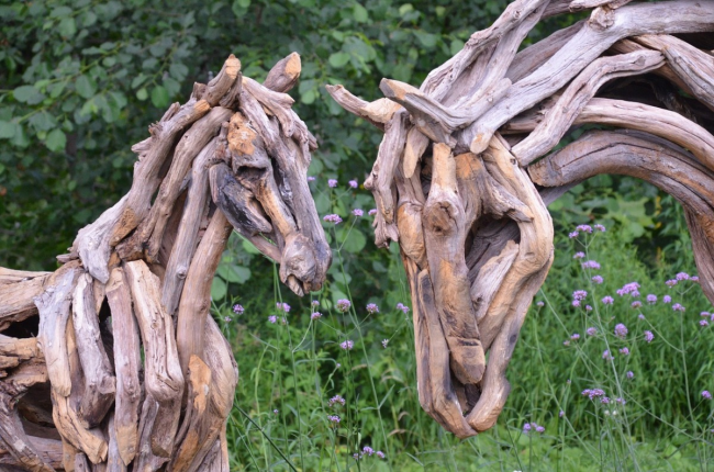 Шикарные лошади из корней деревьев станут главным элементом декора вашего ландшафта