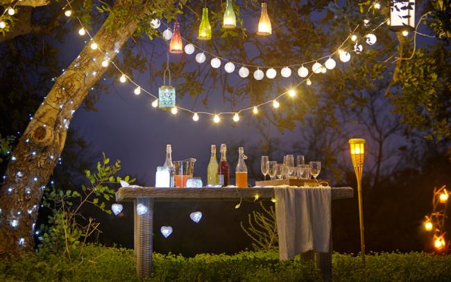 Садовые светильники из стеклянных бутылок смотрятся очень интересно