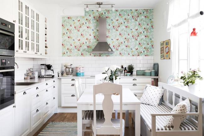 Мелкий рисунок на обоях в мятных тонах для провансовой кухни