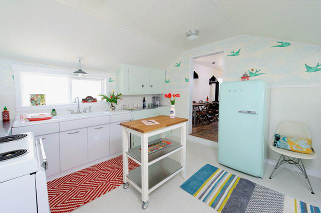 Небольшая кухня в деревенском стиле с обоями в крупный, но редкий рисунок