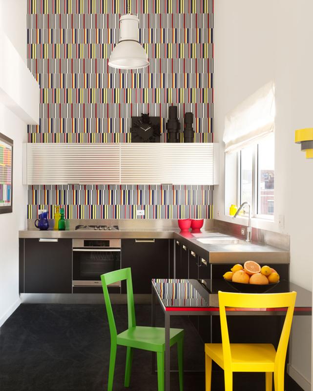 Вертикальные цветные полосочки помогут ещё больше визуально поднять потолок