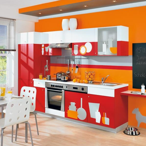 Красная пленка с зеркальным эффектом подойдет для маленькой яркой кухни