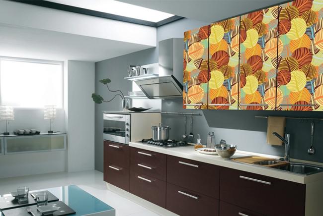 Декорирование нижней части кухонного гарнитура с помощью пленки под венге