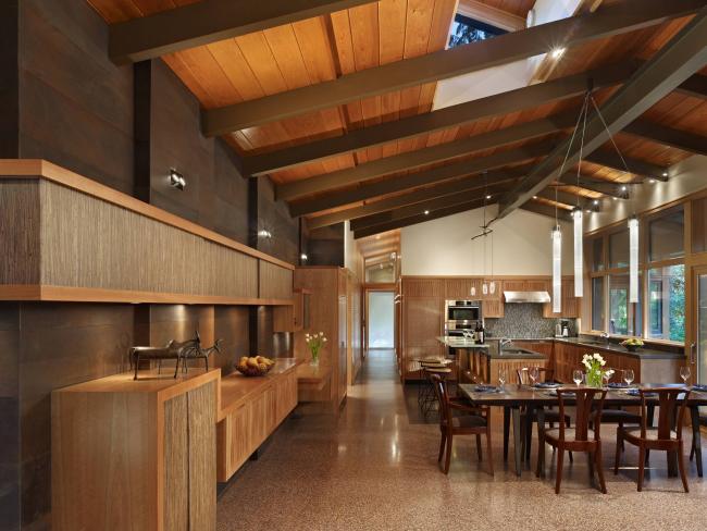 Самоклеящаяся пленка с имитацией дерева поможет создать кухню в эко-стиле без дополнительных затрат