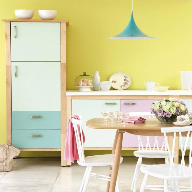Комбинирование пастельных цветов при помощи самоклеющейся пленки в светлой кухне