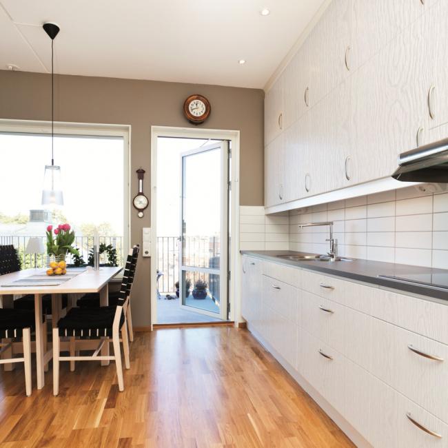 Имитация дерева на кухонном гарнитуре - просто и стильно