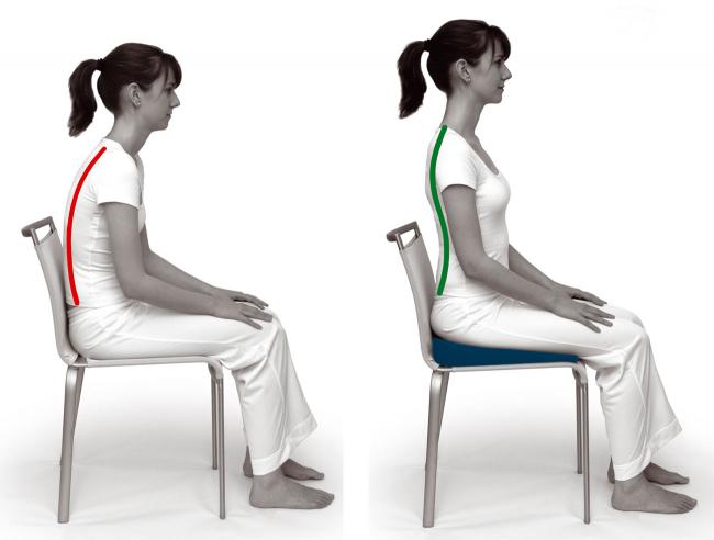 Корректирование осанки с помощью подушки для стула