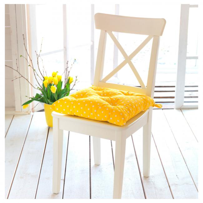 Мягка подушка решает проблему кухонных стульев и табуретов - она делает сиденья мягкими и удобными