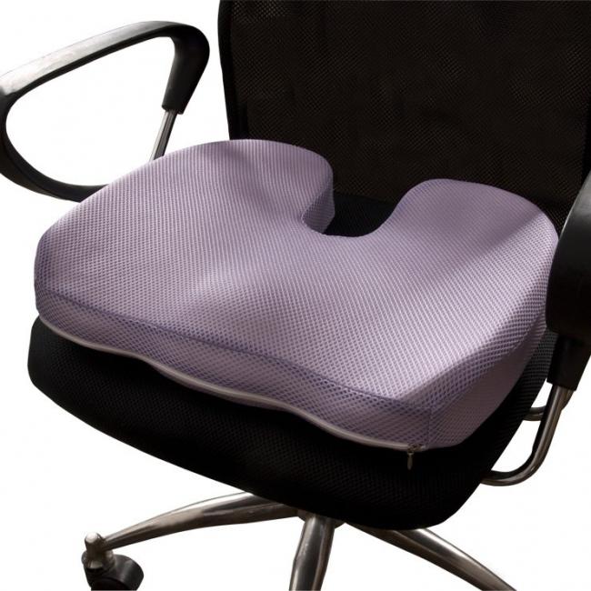 Подушка с ортопедическим эффектом сможет сделать комфортным даже самое дорогое офисное стуло