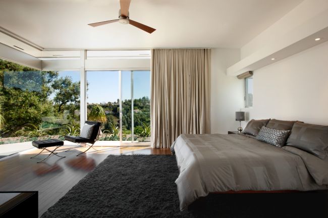 Для спальни в современно стиле лучше подойдут прямы однотонные портьеры