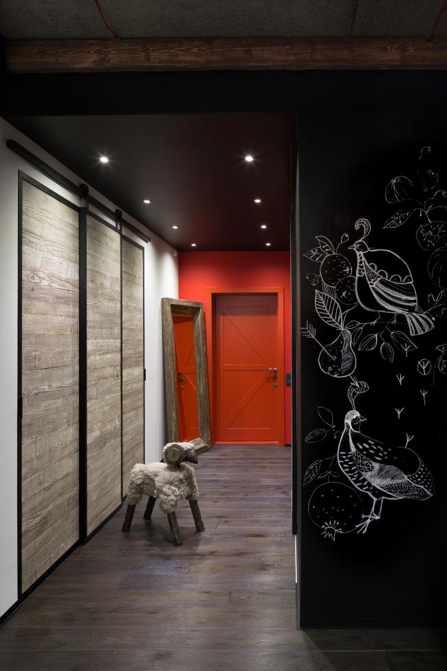 Черный матовый потолок с точечным освещением в прихожей