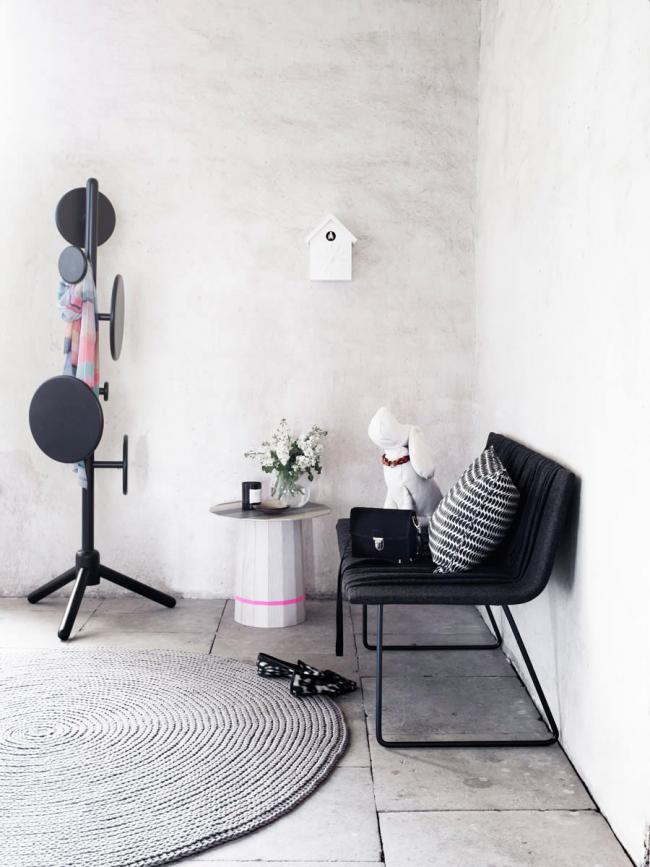 Функциональная прихожая в стиле лофт - это журнальный столик, диванчик, вешалка