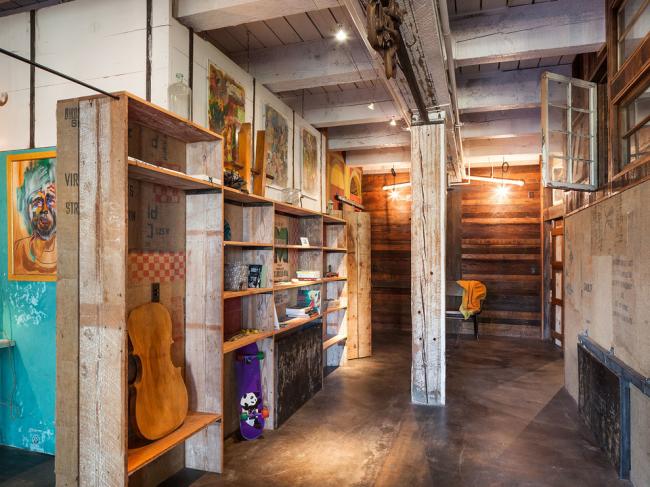 Искусственно состаренные деревянные шкафы напоминают об истории лофта и старых заводских помещениях