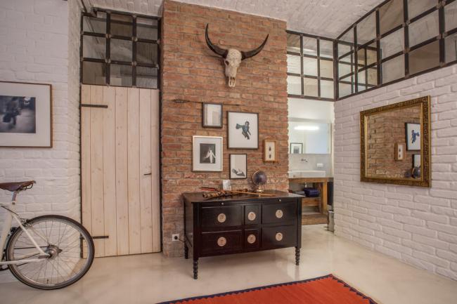 Какая же прихожая без старинной мебели? В прихожей лофт сочетается шик современности и детали из прошлого