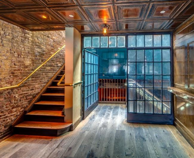 Нестандартный лофт с кирпичной кладкой на стенах, стеклянной перегородкой и кессонным потолком