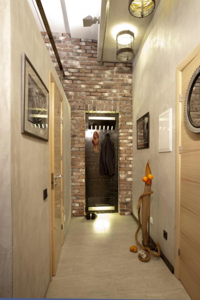 Узкий коридор в старых хрущевках можно преобразовать в модный лофт. Достаточно просто украсить стены декоративным кирпичом, избегать массивной мебели и использовать больше металлических деталей