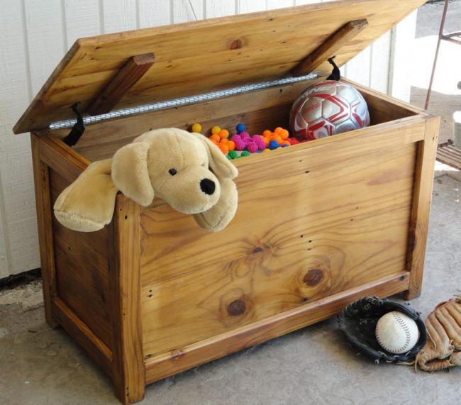 Самодельный сундук в детской для игрушек