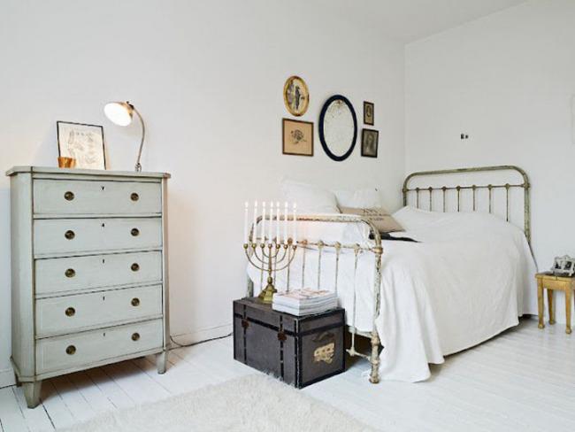 Контрастный сундук для вещей в белоснежной спальне