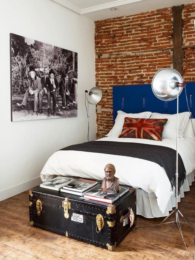 Сундук, оббитый кожей с золотистой фурнитурой, дополнит брутальный интерьер подростковой спальни