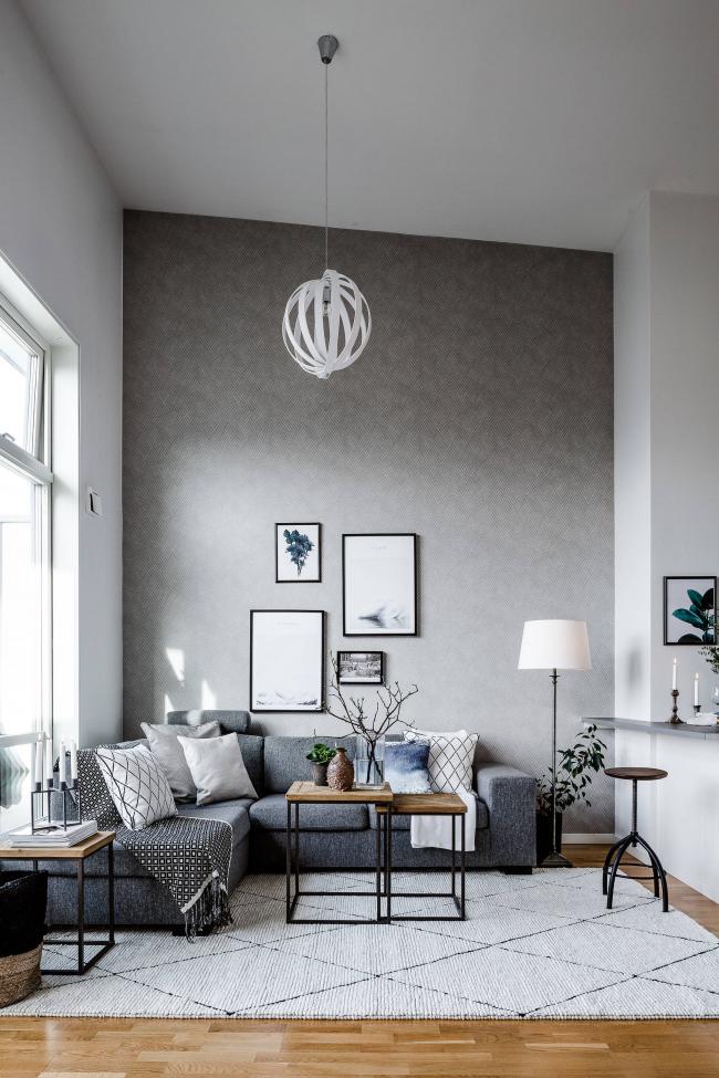 Размещение углового дивана вдоль одной из стен квартиры. Рядом можно оставить место для напольной лампы или журнального столика