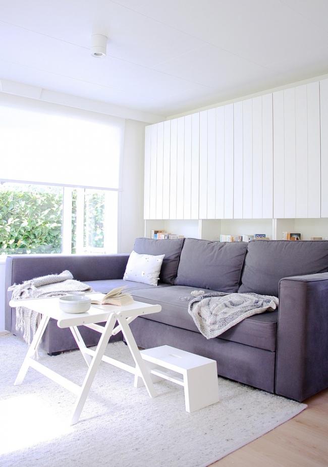 Угловой диван на кухне и раскладной столик - лучше решение для тех, кто часто принимает гостей