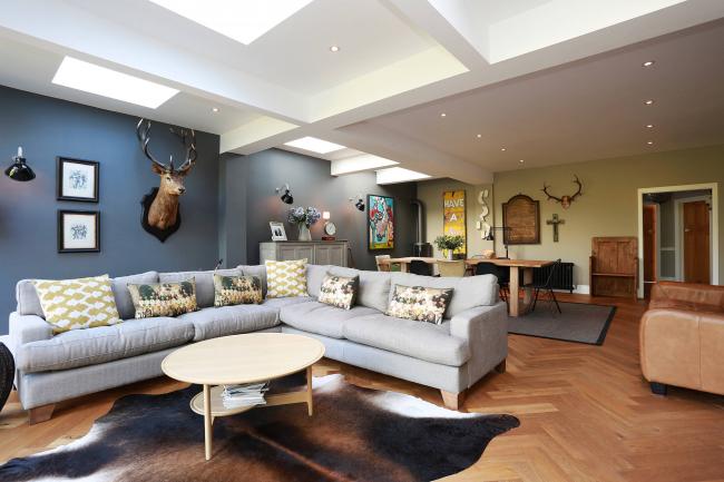 Внимательно просчитывайте длину дивана, если одна из стенок будет исполнять функцию разделения зон. Изменять габариты довольно сложно и иногда даже не возможно для моделей Амстердам