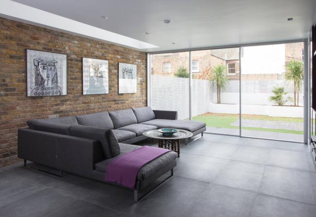 Серый угловой диван Амстердам в просторном лофте загородного дома