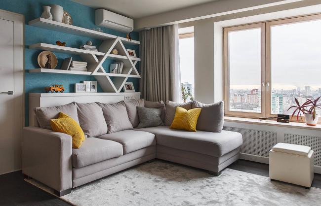 Угловой диван «дельфин» в небольшой гостиной