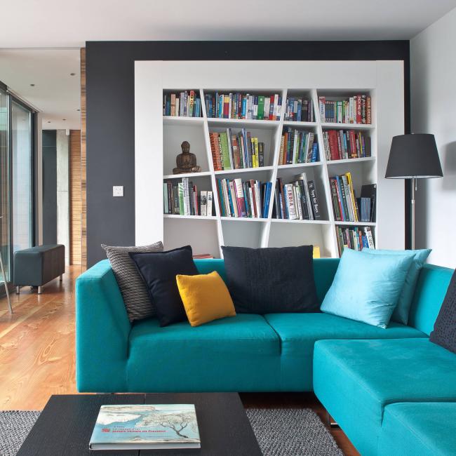 Поролоновый диван имеет более упругий матрац, но быстро изнашивается