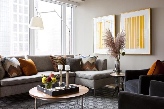 Угловой диван Амстердам в популярной серой расцветке с дизайнерскими подушками в теплых тонах