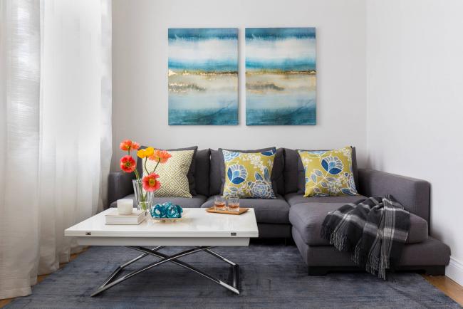 Угловой диван Амстердам может занять полностью одну из стен маленькой квартиры. Здесь важно не ошибиться с количеством места, чтобы можно было легко трансформировать его в кровать