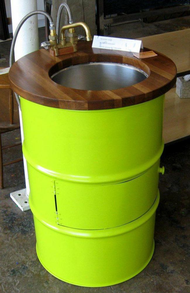 Умывальник своими руками из подручных материалов. Установив его у стены можно сверху установить резервуар для нагрева воды