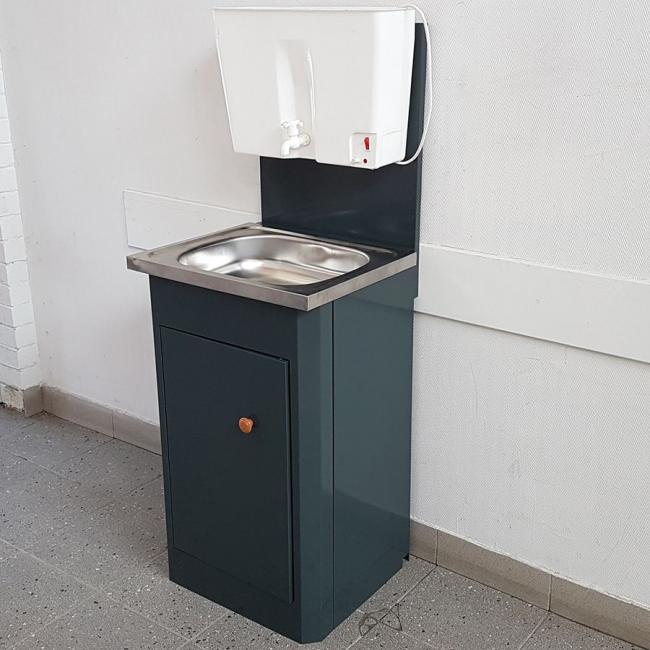 Подвесной водонагреватель, крепленный на небольшой мойдодыр