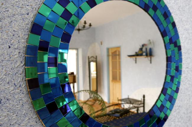 Красивое сочетание голубых обоев и ярко-синей оправы зеркала