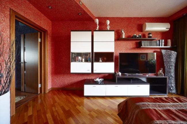 Сочетание белых и красных жидких обоев в отделке стен и потолка
