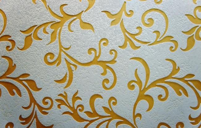 Узорный утонченный трафарет для нанесения жидких обоев на стену
