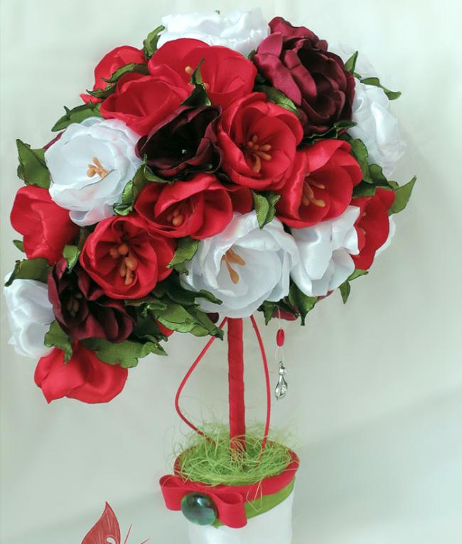 Необычная композицию с пышной цветочной кроной станет превосходным украшением на торжество