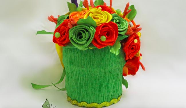 Оригинальный букет-корзинка с искусственными цветами из атласа
