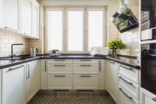 Сделайте рабочую зону на кухне у окна и совмещайте приятное с полезным