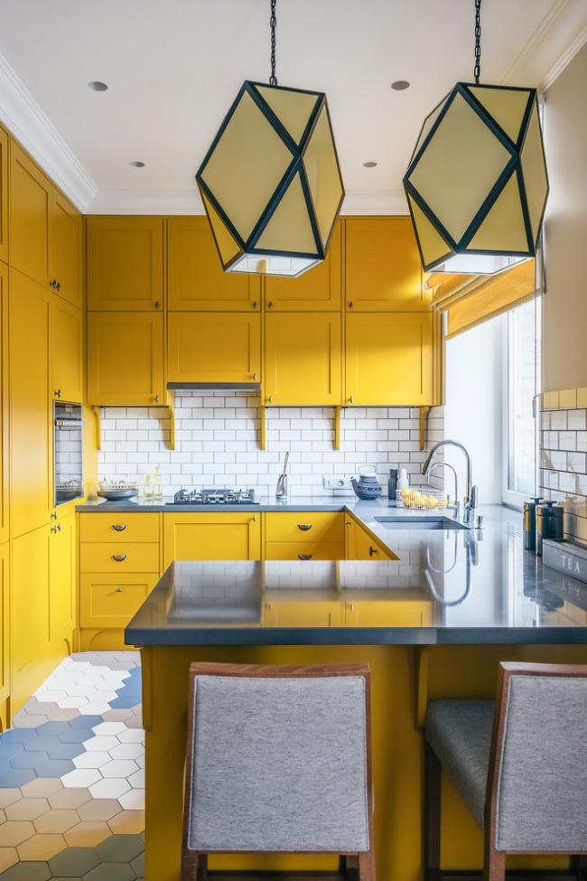 Ярко-желтая кухня с мойкой у окна