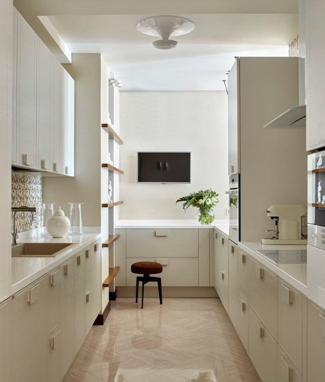 Длинная п-образная кухня молочного цвета
