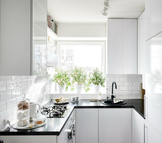 Маленькая стильная белая кухня
