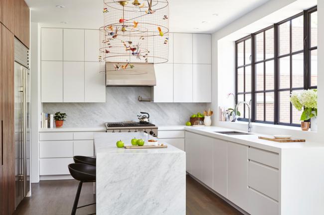 Необычные плафоны придадут изюминку белой кухне