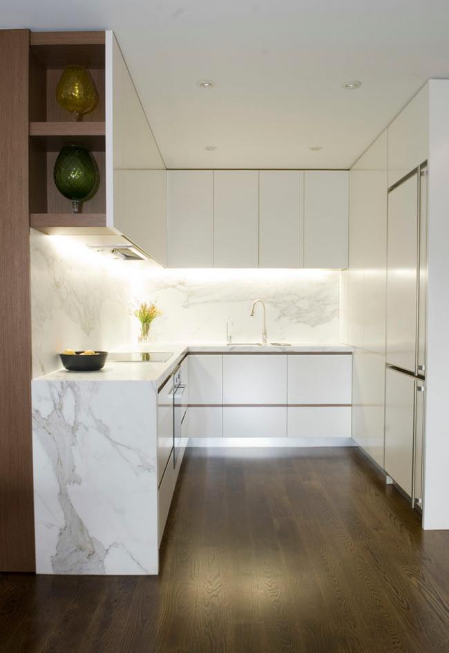 Белая мраморная кухня с хорошей подсветкой рабочей зоны